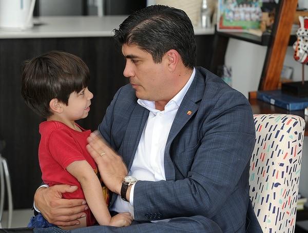 Carlos Alvarado saluda a su hijo Gabriel, de 4 años y medio. Su casa se ubica en Santa Ana. Foto: Jorge Castillo