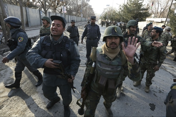 Fuerzas de seguridad cerca del hospital en que se presentó el ataque en Afganistán