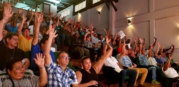 Un total de 124 limonenses que quedaron desempleados el pasado 24 de enero, cuando la empresa Dole decidió terminar su relación laboral con ellos, conformaron la Cooperativa Autogestionaria de Servicios Múltiples de Trabajadores Industriales y Afines de Costa Rica (Coopesitraco R.L.) y para ello contaron con la asesoría y acompañamiento del Ministerio de Trabajo y Seguridad Social (MTSS) y el Instituto de Fomento Cooperativo (Infocoop). Foto: Cortesía David Gourzong