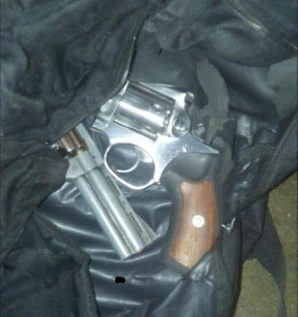 Los individuos detenidos llevaban dos revólveres calibre 38 en un bolso. Foto de Reiner Montero
