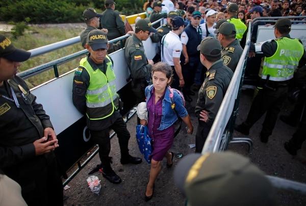 Una venezolana cruzaba el puente Simón Bolívar, que une su país con Colombia el 17 de julio del 2016.