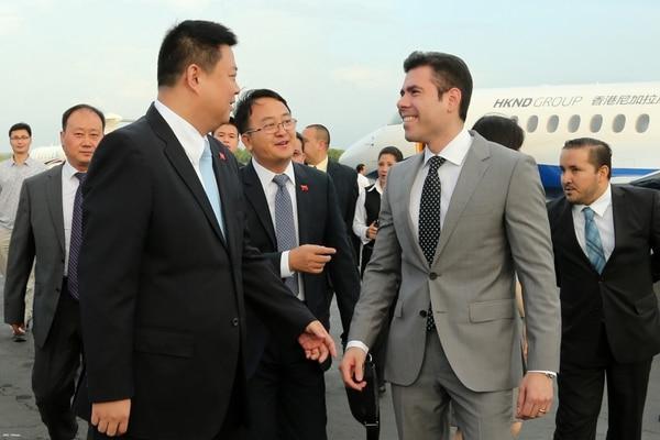 El Wang empresario chino Jing encabeza una delegación que llegó a bordo de un avión del HKND Group. Jing fue recibido por Laureano Ortega, hijo del presidente Daniel Ortega.