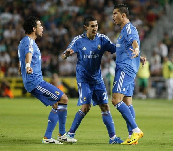El delantero del Real Madrid Criastiano Ronaldo es felicitado por sus compañeros