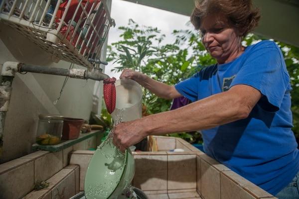 La mejor forma de ahorro es cerrar la llave en aquellos momentos cuando no se requiera el agua. Lavar platos, por ejemplo, demanda más de 3.000 litros de agua al mes en una casa de cinco personas.   FABIÁN HERNÁNDEZ.