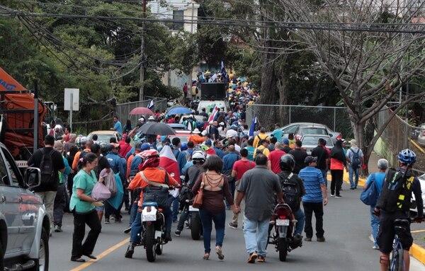 01/10/2018 Empleados públicos en huelga bloquearon la entrada a la ruta 32 por varias horas, y luego caminaron a la asamblea. Foto Alonso Tenorio
