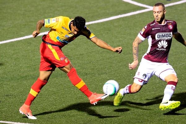 José Guillermo Ortiz intenta centrar ante la marca de Henrique Moura. Foto: Rafael Pacheco