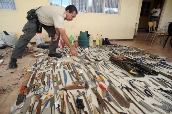 Este lunes hubo una requisa de armas hechizas en La Reforma. Con armas similares se produjo la gresca de esta mañana que dejó un preso muerto.   ARCHIVO.