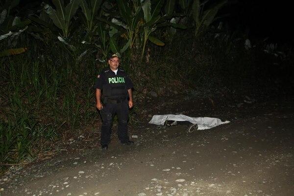 El cuerpo del motociclista quedó tendido boca abajo en la vía de lastre. Su acompañante fue atendida en la clínica de Batán.