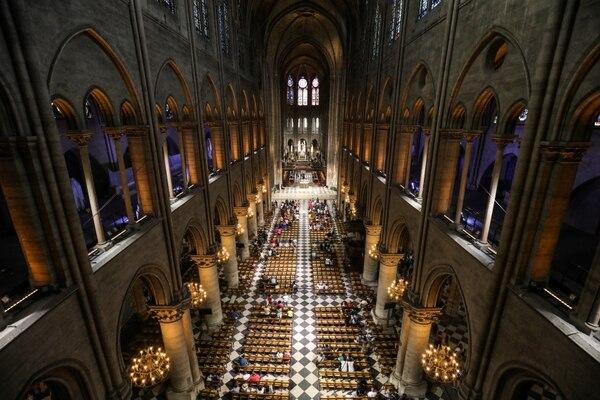 Esta fotografía de archivo tomada el 26 de junio de 2018 muestra a los fieles a medida que llegan para participar en una misa en la catedral de Notre Dame de Paris, en París.