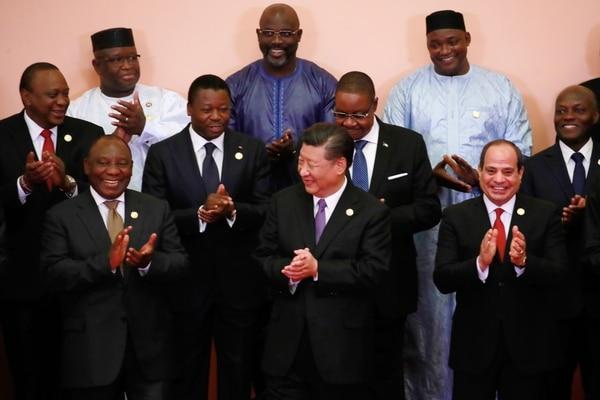 El presidente chino, Xi Jinping (centro), departió con mandatarios africanos durante la foto oficial del Foro de Cooperación África-China, el lunes 3 de setiembre del 2018 en Pekín.