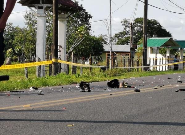 En la vía quedaron algunas pertenencias de las víctimas, como una gorra y un zapato. Foto: Reiner Montero