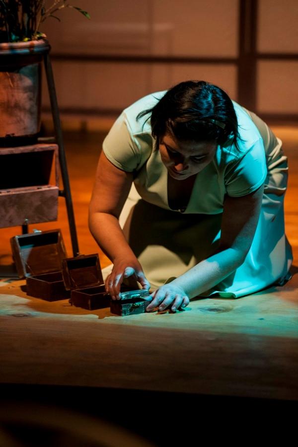 Con una escenografía sencilla, la obra trabaja el conflicto interior que comparten de sus personajes. Foto: Alejandro Gamboa.