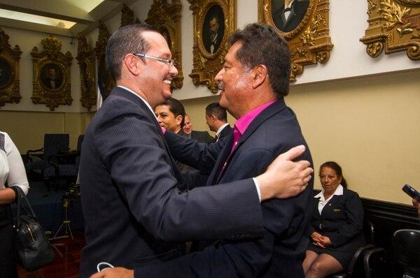El magistrado de Sala III, Celso Gamboa, se saluda con el diputado Víctor Morales Zapata en febrero del 2016. Fotografía José Cordero