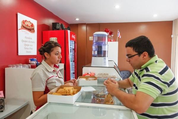 Paulina Romero atendió ayer a Bernardo Gamboa en la pastelería Chantilly, en San Antonio de Desamparados. Esta empresa comienza su proceso como franquicia tras 25 años de existir la marca, como un relanzamiento para sortear los efectos de la crisis y la consecuente caída en las ventas. | JORGE ARCE