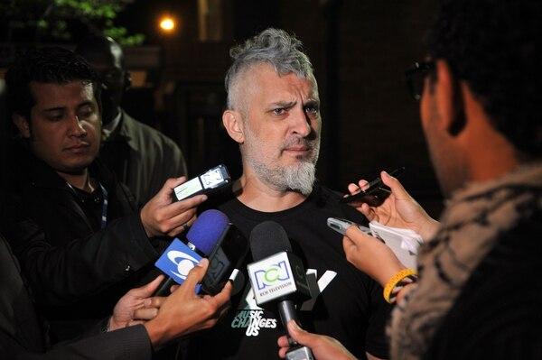 Jose Pelazzo, productor de Charly García, atendió a los medios de comunicación en la afueras de la Clínica Fundación Santa Fe en Bogotá, Colombia.