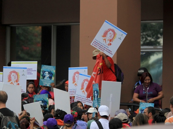 Miembros del Consejo Cívico de Organizaciones Populares e Indígenas de Honduras (Copinh) se congregaron este sábado 3 de marzo del 2018 frenet al Ministerio Público, en Tegucigalpa, para demandar justicia en el caso del asesinato de Berta Cáceres. Foto: Archivo