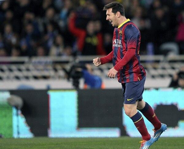 El argentino Lionel Messi celebra el gol que anotó en el primer tiempo para Barcelona ante Real Sociedad en juego de este miércoles por las semifinales de la Copa del Rey de España.