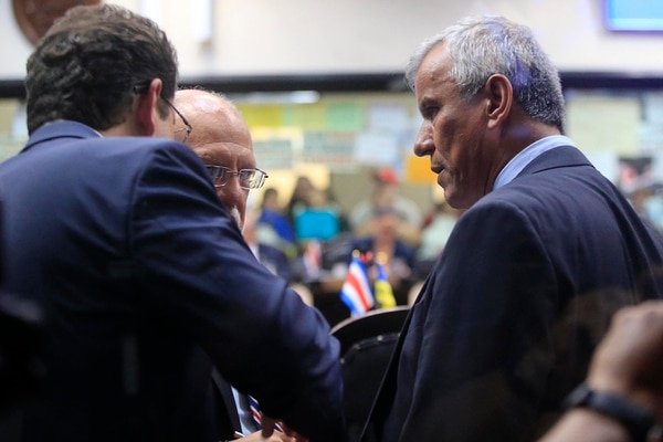 Carlos Ricardo Benavides (de espaldas) y el actual ministro de la Presidencia, Víctor Morales, conversaron con Carlos Avendaño, exjefe de Restauración, minutos antes de la votación en primer debate del plan fiscal, el 5 de octubre del 2018. Foto: Rafael Pacheco.