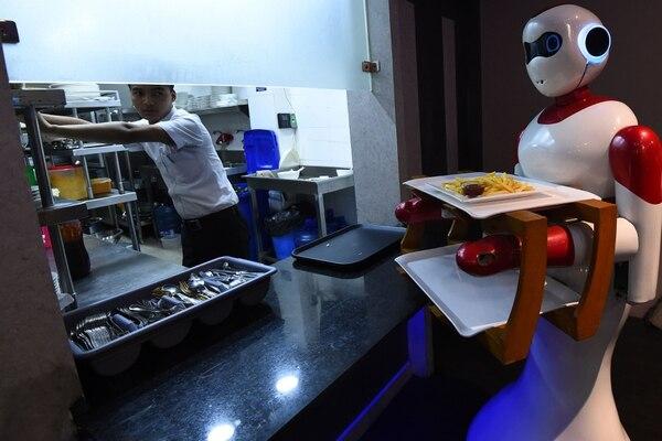 Uno de los robots Ginger a punto de llevar un pedido a la mesa. (Photo by Prakash MATHEMA / AFP)