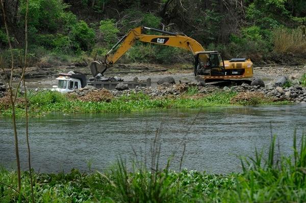 En el cauce río Tempisque hay dos concesiones para extracción de material con maquinaria especializada. | RAFAEL MURILLO.