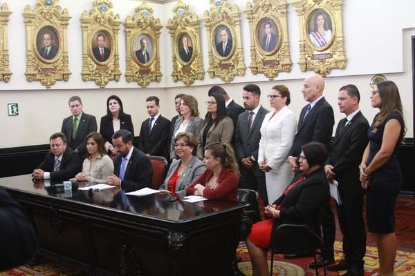 En conferencia de prensa, diputados de seis bloques políticos anunciaron un plan para frenar, vía ley, cualquier norma que promueva el aborto, incluso el terapéutico. Foto: Cortesía Asamblea Legislativa.