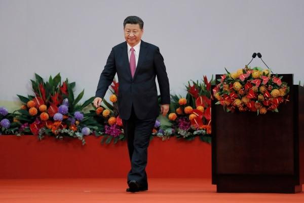 El presidente chino Xi Jinping recorre el escenario tras su discurso en el Centro de Convenciones y Exposiciones de Hong Kong.