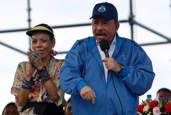 Daniel Ortega anunció que pedirá una lista de refugiados nicaragüenses a Costa Rica. A su lado, Rosario Murillo. Foto: AP foto/Alfredo Zúniga.