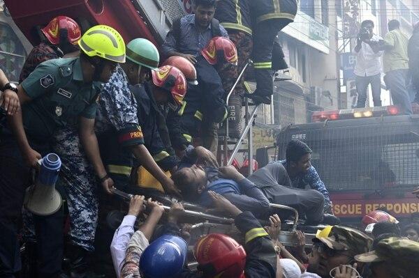 Bomberos rescataron a un hombre del edificio de oficinas que ardió este jueves 28 de marzo del 2019 en Daca, Bangladés.
