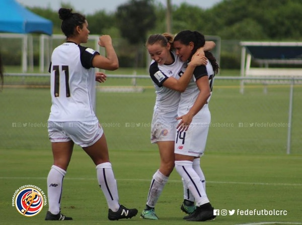 Gloriana Villalobos celebra con María Fernanda Barrantes (14), quien anotó ante Nicaragua. Foto: Fedefútbol