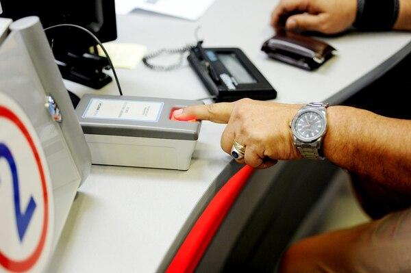En las oficinas centrales del Banco de Costa Rica se realizan los trámites relacionados con pasaportes. Este servicio, así como los de Internet, cable y algunos trámites bancarios, se cobran en dólares en nuestro país.   ARCHIVO/MARCELA BERTOZZI.
