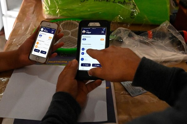 La gente usa la billetera electrónica Chivo del gobierno salvadoreño, luego de que los bitcóins fueran puestos en circulación en todo el país como moneda legal, en Sensuntepeque, El Salvador.