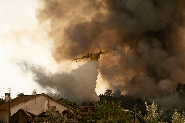 Un avión cisterna arrojaba agua sobre las llamas en el pueblo de Chaveira, centro de Portugal, este lunes 22 de julio del 2019.
