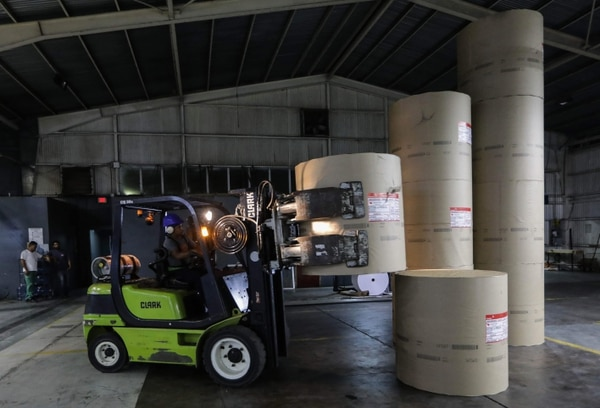 Personal de 'La Prensa' acomodaba bobinas de papel periódico recibidas el viernes 7 de febrero del 2020 en Managua.