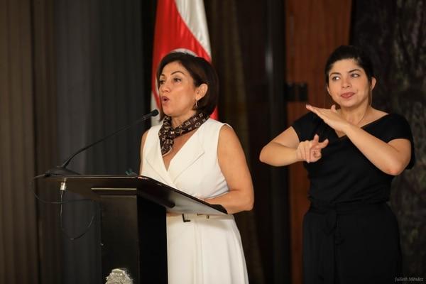 Victoria Hernández, ministra de Economía, explicó el decreto. Junto a ella, la intérprete Estafanía Carvajal. Foto: Julieth Méndez, cortesía de Casa Presidencial