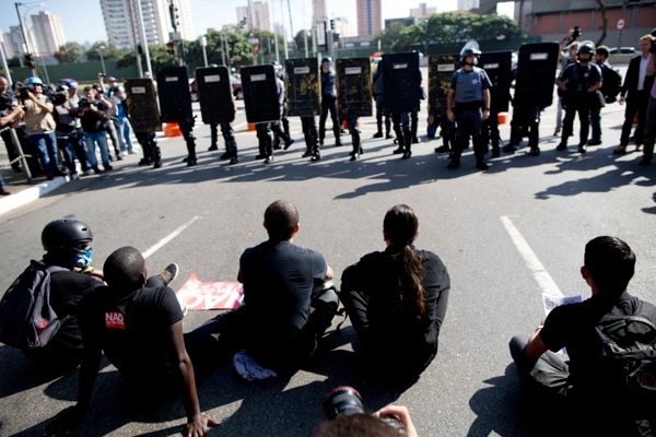 Manifestantes toman las calles en Brasil, a pocas horas de iniciar l ainauguración del Mundial.