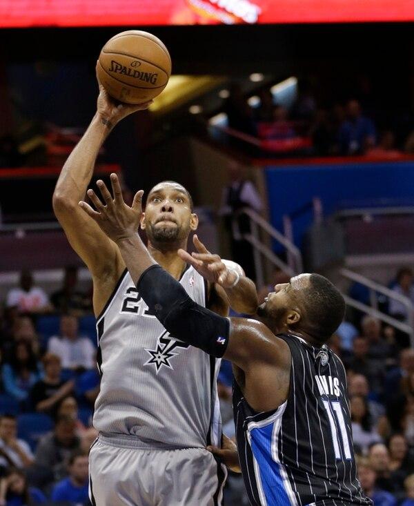 Tim Duncan se midió ante Glen Davis en el juego entre Spurs y Magic.