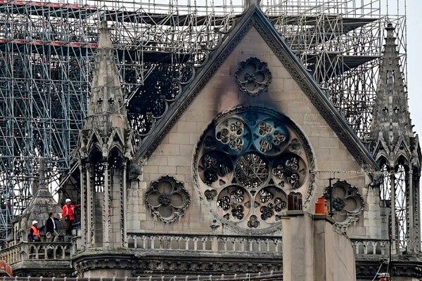 Inspectores revisaban el techo de la histórica catedral de Notre Dame, en el centro de París, este martes 16 de abril del 2019. Foto: AFP