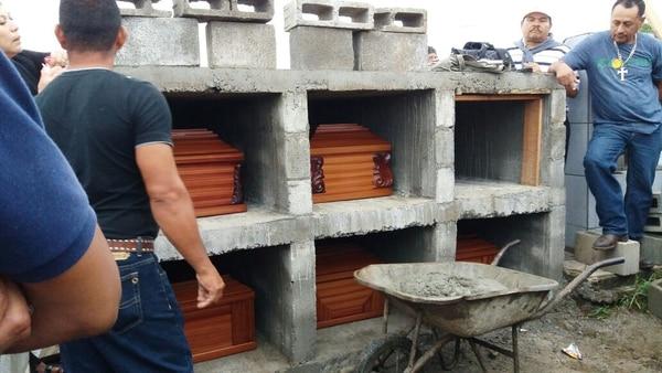 El entierro de la familia masacrada se efectuó la mañana de este martes.