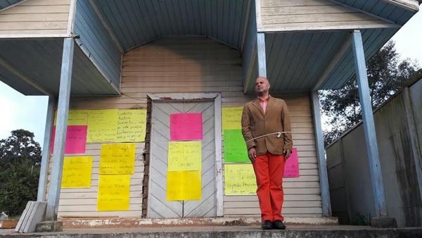 """Camilo Rodríguez ha encabezado una lucha hace años, con el fin de preservar templos antiguos que están por ser demolidos. El fin de semana pasado, se ató a una iglesia en Dota, como una muestra de protesta. Una iniciativa privada válida y concerniente a él y a los afectados. Pero la basureada de """"periodistas de verdad"""" no se hizo esperar."""