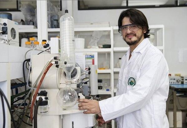 Darío Chinchilla se enfocó en estudiar cuáles plantas ticas brindarían pigmentos eficientes para celdas solares.