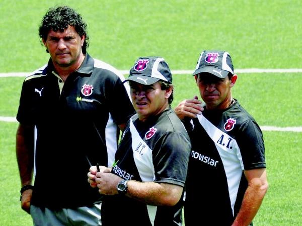 Mauricio Montero (izq.), Óscar Ramírez (centro) y Harold López conforman parte del cuerpo técnico de los alajuelenses.   FRANCISCO BARRANTES/PARA LN