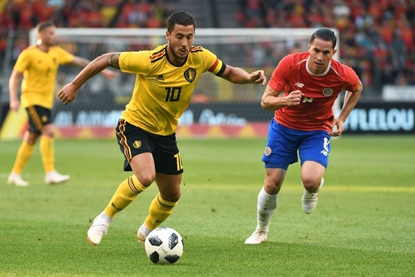 Bryan Oviedo sigue a Eden Hazard en el duelo entre Costa Rica y Bélgica. / AFP PHOTO / EMMANUEL DUNAND