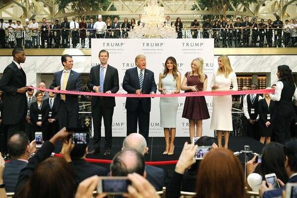 Donald Trump (centro), candidato presidencial republicano, acudió con su familia a la inauguración del Trump International Hotel, en Washington, el 26 de octubre del 2016. AFP