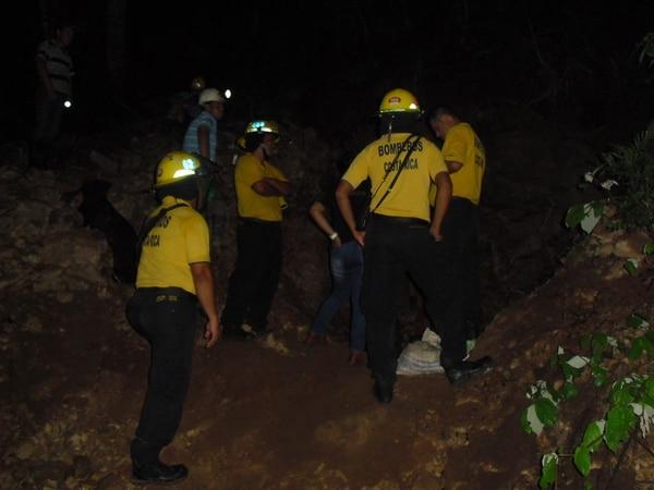 Bomberos tardaron alrededor de una hora en recuperar el cuerpo del joven fallecido.