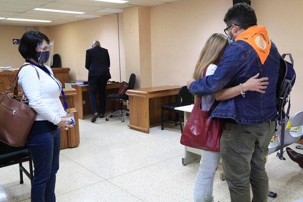 Los padres de Eva, Alina Ulloa y Óscar Morera, se fundieron en un abrazo luego de que ella testificó. Foto: Rafael Pacheco Granados