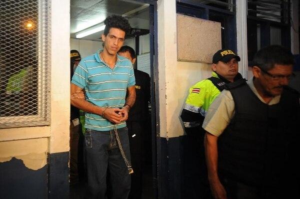 Bryan Cordero abandonó la Fuerza Pública de Santa Ana esposado y celosamente vigilado por varios oficiales de la Policía Penitenciaria. Gesline Anrango