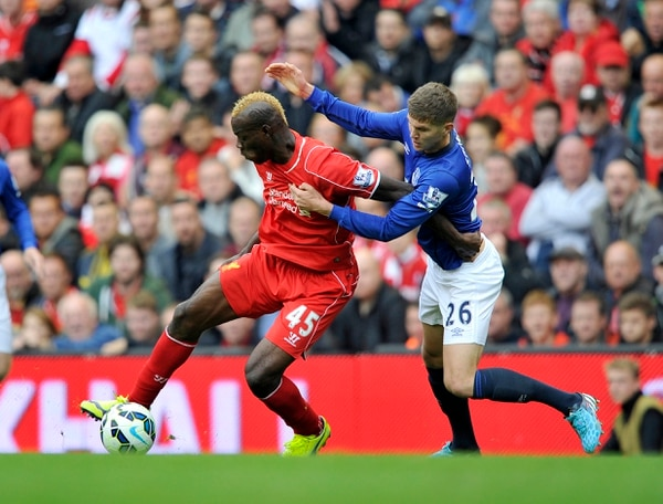 El delantero Mario Balotelli controla la pelota ante la marca de John Stones del Everton
