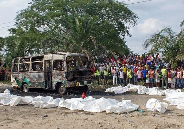Vecinos de la localidad de Fundación observaron ayer a los menores que murieron calcinados mientras viajaban en un autobús tras asistir a un servicio religioso dominical. El conductor del vehículo permanece detenido. | AFP