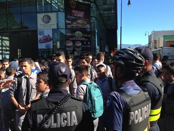 Los estudiantes del Liceo de Costa Rica realizan una manifestación pacífica este miércoles al frente de las oficinas del Ministerio de Educación Pública en Plaza Rofas, San José.