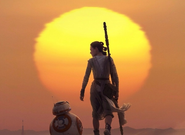 Star Wars: Episodio VIII - Los últimos Jedi1(título original en inglés: Star Wars: Episode VIII - The Last Jedi) fue escrita y dirigida por Rian Johnson3 y es la octava entrega de la saga Star Wars cronológicamente (de acuerdo a la historia principal), y la octava atendiendo a la fecha de estreno. Fotos: Walt Disney Pictures